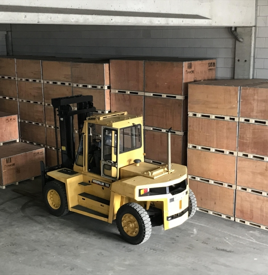 Verpackt in robuste hölzerne Kisten