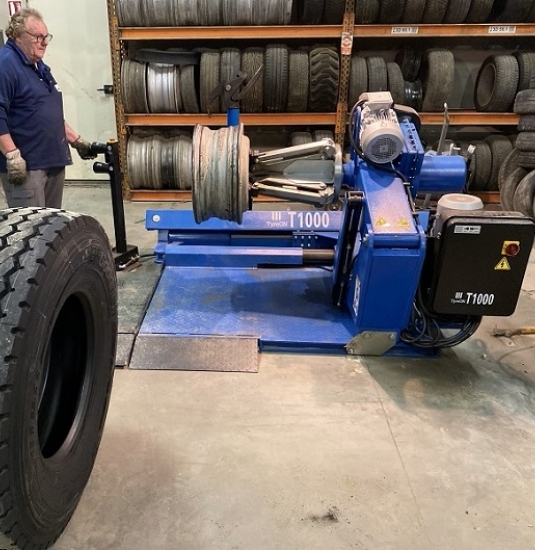 TyreON T1000 truck tyre changer used by french customer 800 529.jpg